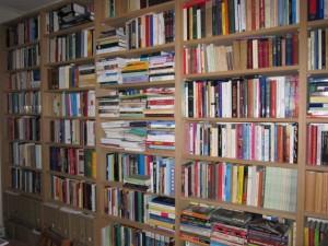 Livres sur les rayons d'une bibliothèque