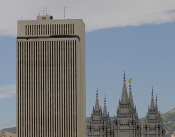Le centre administratif de l'Eglise à Salt Lake City et le temple à l'arrière-plan.